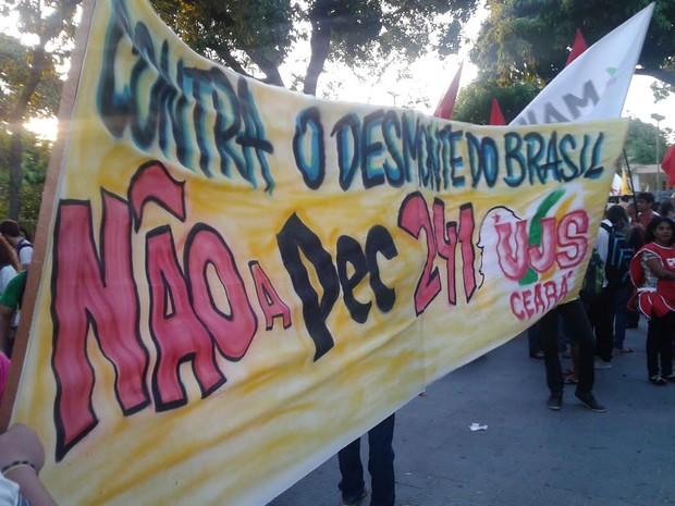 Manifestantes protestam contra PEC 241 em Fortaleza (Foto: Dalwton Moura/Arquivo pessoal)