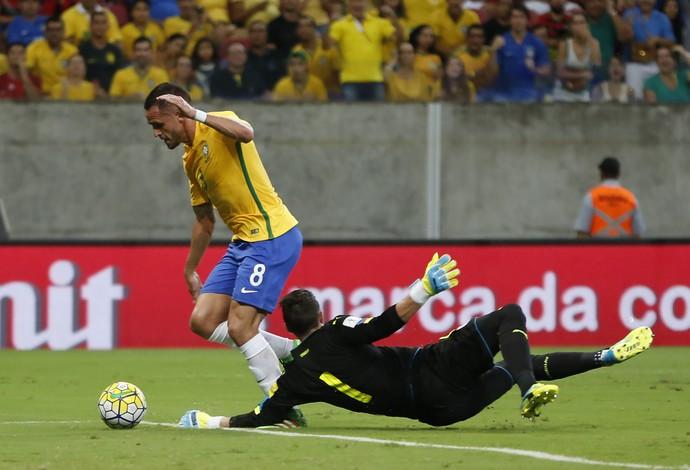 Renato Augusto deixa Muslera para trás no gol Brasil x Uruguai (Foto: AP Photo/Leo Correa)