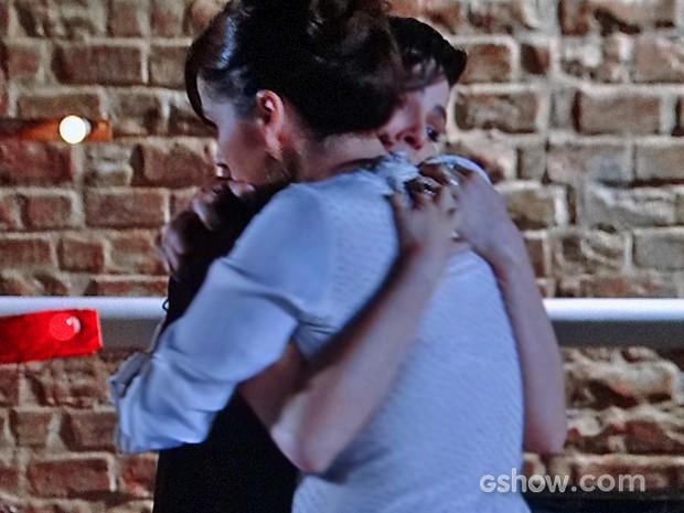 Marina e Clara se abraçam depois de resolverem se afastar (Foto: Em Família/ TV Globo)