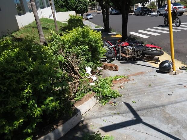 Motociclista foi internado na UTI da Santa Casa de Dracena (Foto: Jorge Zanoni/Cedida)