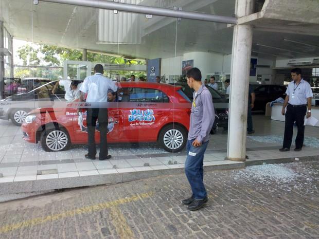 Vidraças da concessionária vizinha ficaram destruídas após o acidente (Foto: Lucas Antonio/VC no G1)