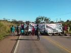 Com pneus e madeira, trabalhadores assentados interditam rodovias de MT