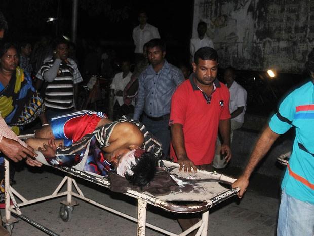 Vítima de acidente entre dois ônibus é transportada até hospital em Baraigram, em Bangladesh (Foto: AFP Photo/Stringer)
