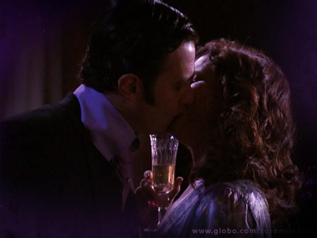 Risoleta tem noite de amor com o lobisomem (Foto: TV Globo/ Saramandaia)