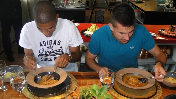 Victor e Leonardo Silva se saboreiam com almoço marroquino (Foto: Fernando Martins Y Miguel)