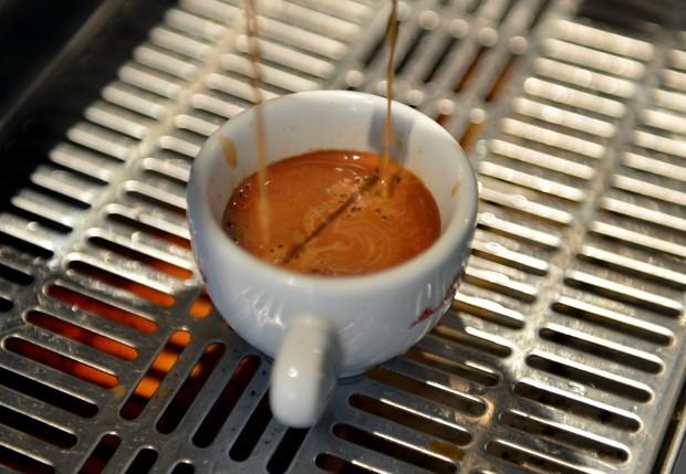 Beber de duas a três xícaras de café por dia tem um efeito protetor contra volta do câncer de cólon, segundo estudo (Foto:  Stan Honda/AFP)