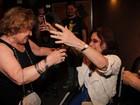 De cadeira de rodas, Rosamaria Murtinho vai a teatro no Rio