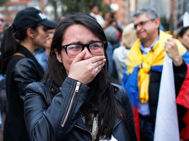 Colombiana que apóia o acordo de paz chora após vitória do Não em plebiscito (Foto: Ariana Cubillos/AP)