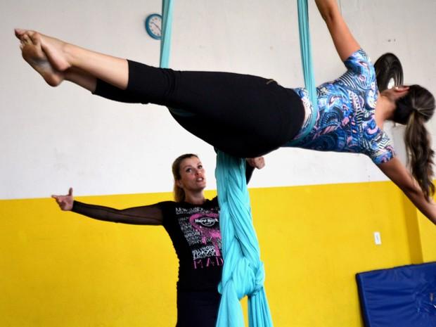 Aluna de tecido acrobático durante aula  (Foto: Arlete Moraes/ G1 Campinas)