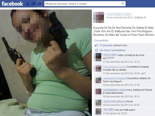 Mulher aparece segurando duas armas (Foto: Reprodução/Facebook)