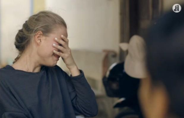 Anniken chora ao ouvir história de cambojana (Foto: Reprodução/AftenpostenTV)