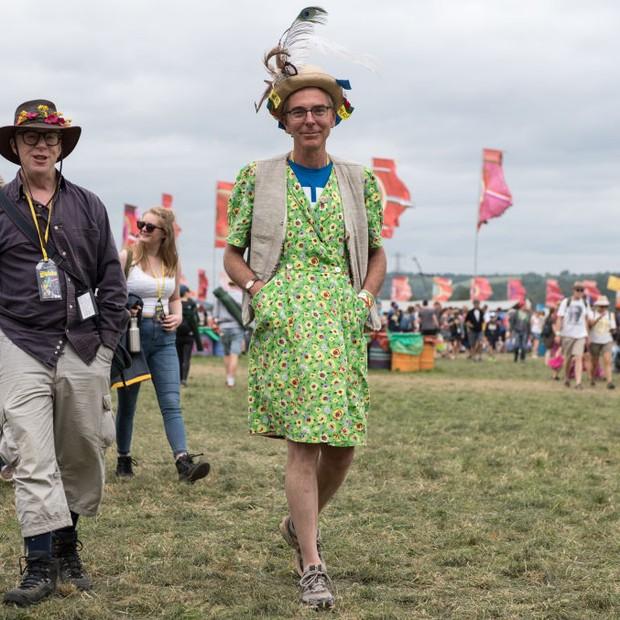 Homem com vestido florido e chapéu chama atenção (Foto: Getty Images)
