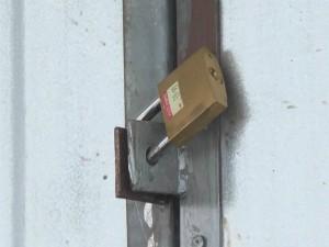 Ex-prefeito trancou a sede da administração municipal com tapumes e cadeados (Foto: Reprodução/TV Subaé)
