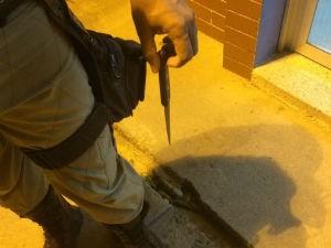 Polícia apreendeeu faca utilizada no crime (Foto: Tyago Ramos / Teixeira News)
