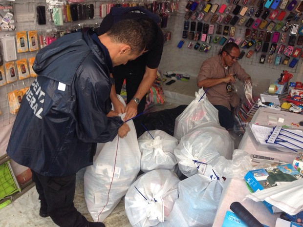 Mercadorias falsificadas e sem nota fiscal foram apreendidas (Foto: Marcos Landim/TV Rio Sul)