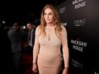 Caitlyn Jenner usa vestido justo em première de filme de Mel Gibson
