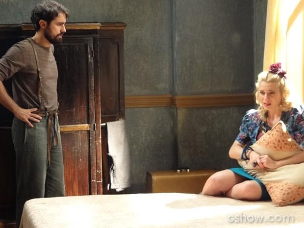 Lola conta que ajudou nas falcatruas de Manfred e choca amado (Foto: Joia Rara/TV Globo)