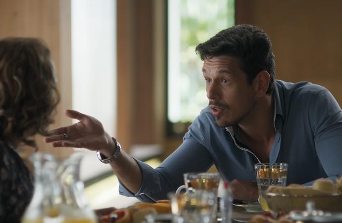 Lázaro tenta argumentar com Néia, quando Léo chega (Foto: TV Globo)
