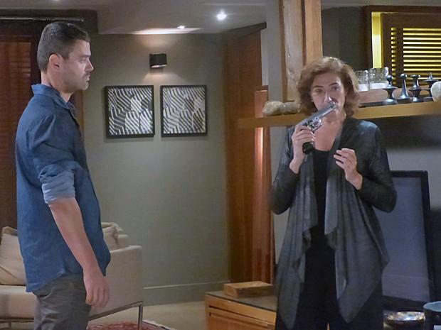 Marta percebe que Maurílio usou a arma recentemente (Foto: Gshow)