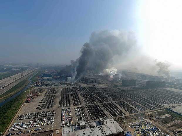 Explosão e incêndio lançaram muita fumaça na cidade de Tianjin (Foto: Yue Yuewei / Xinhua / via AP Photo)