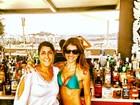 De biquíni, Carol Magalhães curte dia em Ibiza com amiga