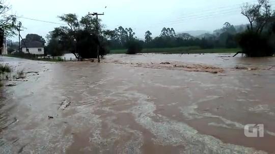 Homem morre afogado dentro do carro ao tentar passar por ponte alagada em Caraá