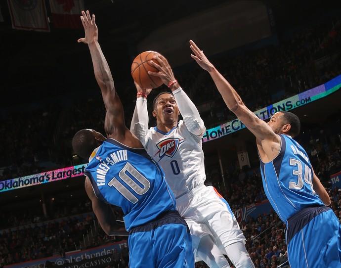Russell Westbrook vai para cima da defesa dos Mavericks (Foto: Getty Images)