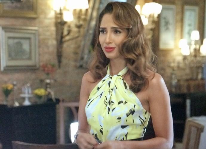 Regina fica chateada com crise de ciúmes de Carlos Alberto (Foto: TV Globo)