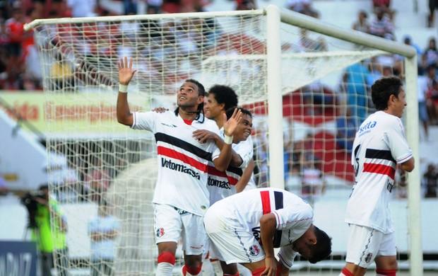 Dênis Marques foi o destaque na goleada do Santa Cruz (Foto: Aldo Carneiro)