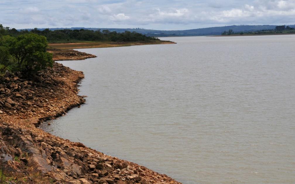 Margens da Barragem do Descoberto mostram área que, em anos 'normais', estaria inundada (Foto: Tony Winston/GDF)