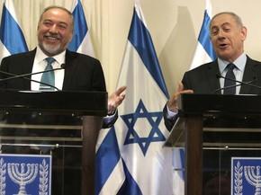 Ultranacionalista Avigdor Lieberman (esquerda) e o premiê israelense Benjamin Netanyahu assinam acordo de coalizão nesta quarta-feira (25)  (Foto: MENAHEM KAHANA / AFP)