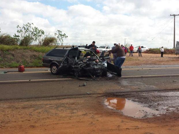 Carros bateram de frente na rodovia (Foto: Luizinho Andretto/Divulgação)