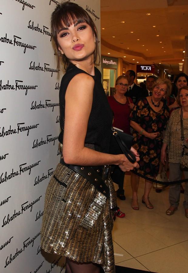 a58292d6c9ff5 Maria Casadevall faz graça para fotógrafos em reinauguração - Quem ...