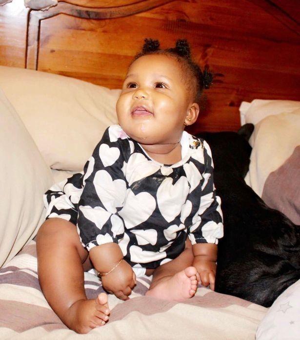 Leila, de 11 meses, estava em casa com a mãe, quando tudo aconteceu (Foto: The Mirror)