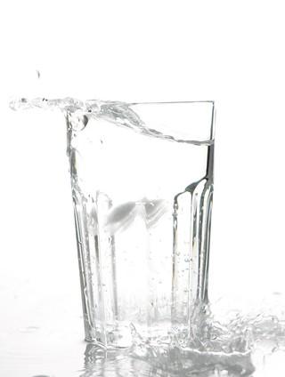 Dermatologista recomenda a ingestão de água para deixar a pele hidratada no verão (Foto: Getty Image)