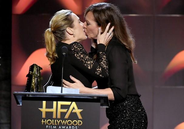 Kate Winslet ganha beijo de Allison Janney  (Foto: Getty Images)