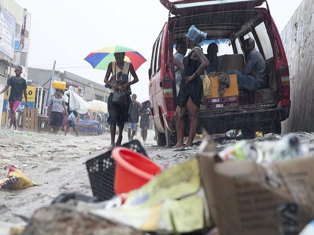 Água se acumula em lixo abandonado durante chuva em Luanda, na Angola (Foto: Herculano Corarado/Reuters)