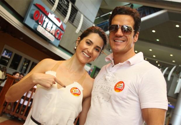 Carlos Machado e a namorada, Ivy Rocha em lanchonete do Rio (Foto: Graça Paes/Foto Rio News)