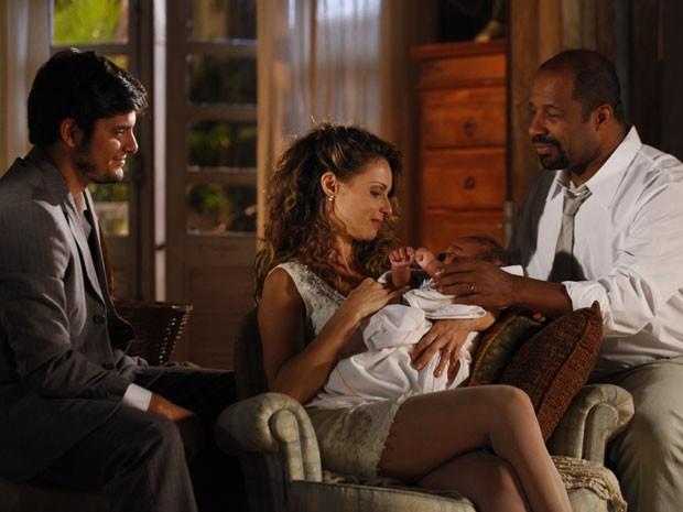 Nova família: Juliano, Quirino e Doralice cuidam do bebê (Foto: Flor do Caribe/TV Globo)