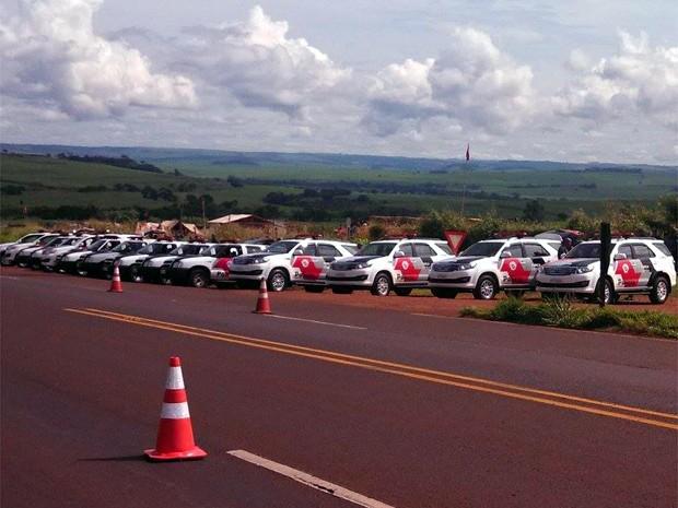 Trecho da Rodovia Abrão Assed está parcialmente interditado para reintegração de posse em Serrana (Foto: Vinícius Alves/EPTV)