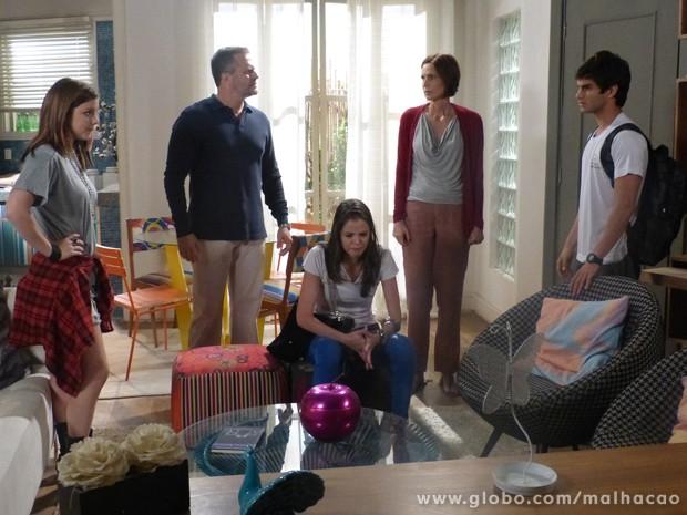 A casa caiu, Ju! A Lia contou pros pais da Ju que a garota tá vomitando! (Foto: Malhação / Tv Globo)