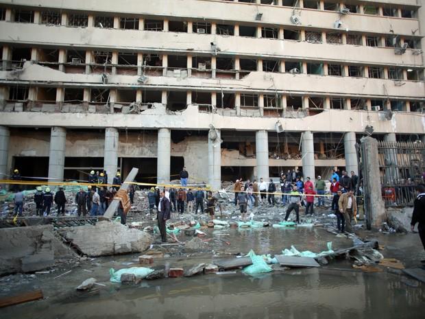 Um carro-bomba atingiu a sede da polícia egípcia no centro do Cairo nesta sexta-feira (24). (Foto: Khalil Hamra/AP)