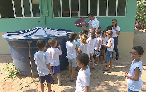 Estudantes aprendem a combater o mosquito Aedes aegypti, em Cacoal (Foto: Bom Dia Amazônia)
