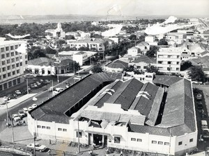 Antigo Mercado Central de Goiânia, Goiás, em 1975. Atualmente no local existe o Edifício Parthenon Center. (Foto: Hélio de Oliveira/ Divisão de Patrimônio Histórico da Secretaria de Cultura de Goiânia)