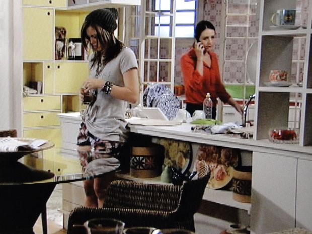 Raquel ajuda na busca por notícias (Foto: Malhação / Tv Globo)