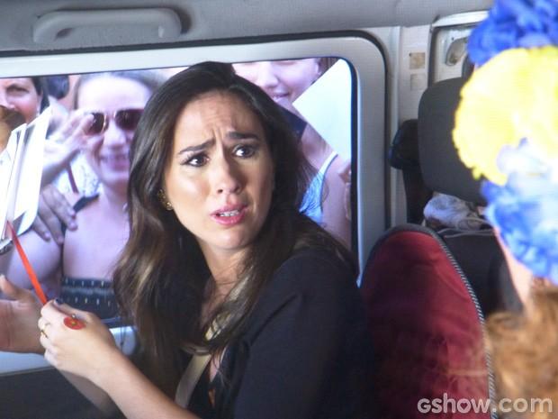 Valdirene fica assustada com assédio... (Foto: Amor à Vida / TV Globo)