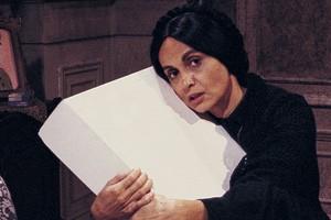Perptua (Joana Fomm) com a caixa misteriosa (Foto: Acervo TV Globo)