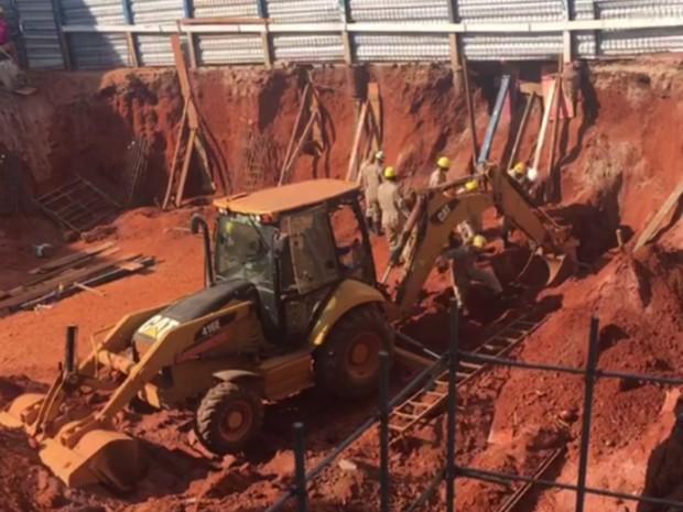 Dois operários morrem após serem soterrados em obra no setor Sul, em Goiânia (Foto: Reprodução/TV Anhanguera)