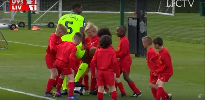 BLOG: Liverpool promove partida de Coutinho e Wijnaldum contra 30 garotos do sub-9