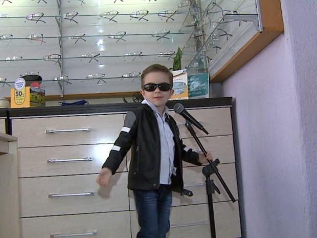 O pequeno Felipe Marcondes na ótica da família em Sertãozinho, SP (Foto: Reprodução/EPTV)